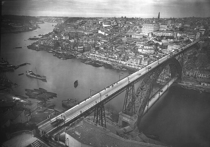 Vista geral do Porto, a partir da Serra do Pilar - Fotografia sem data. Produzida durante a actividade do Estúdio Mário Novais: 1933-1983. in 'biblarte'