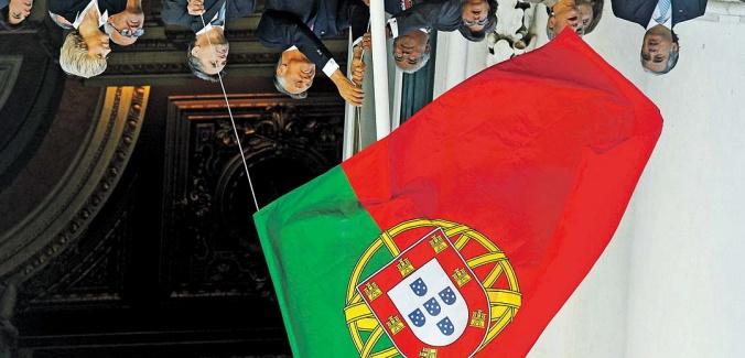 apenas conseguimos endireitar a bandeira portuguesa